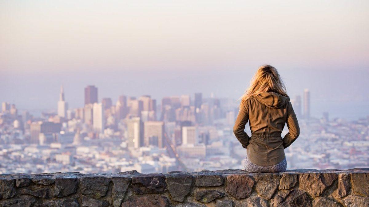 女性が町を見る写真