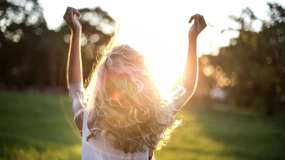 女性が光を浴びる写真