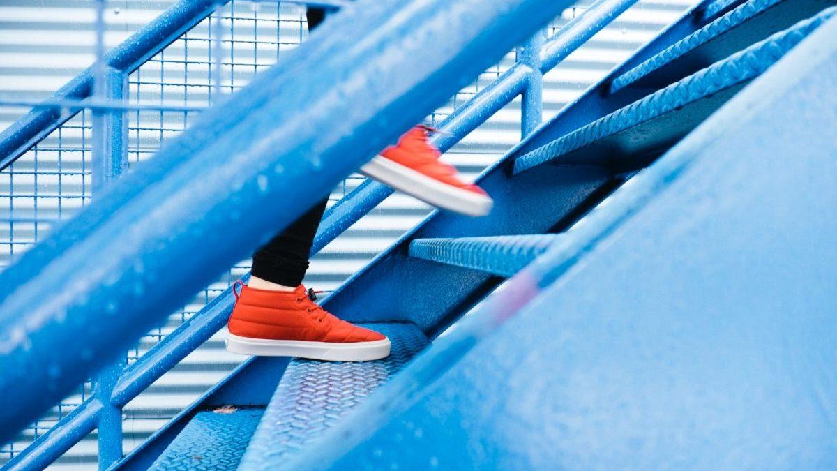 階段を上がっていく