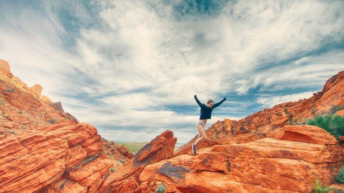 女性 崖 ジャンプ