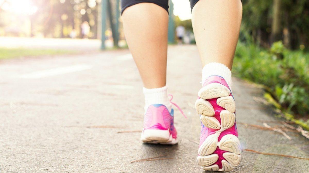 歩く 足 女性