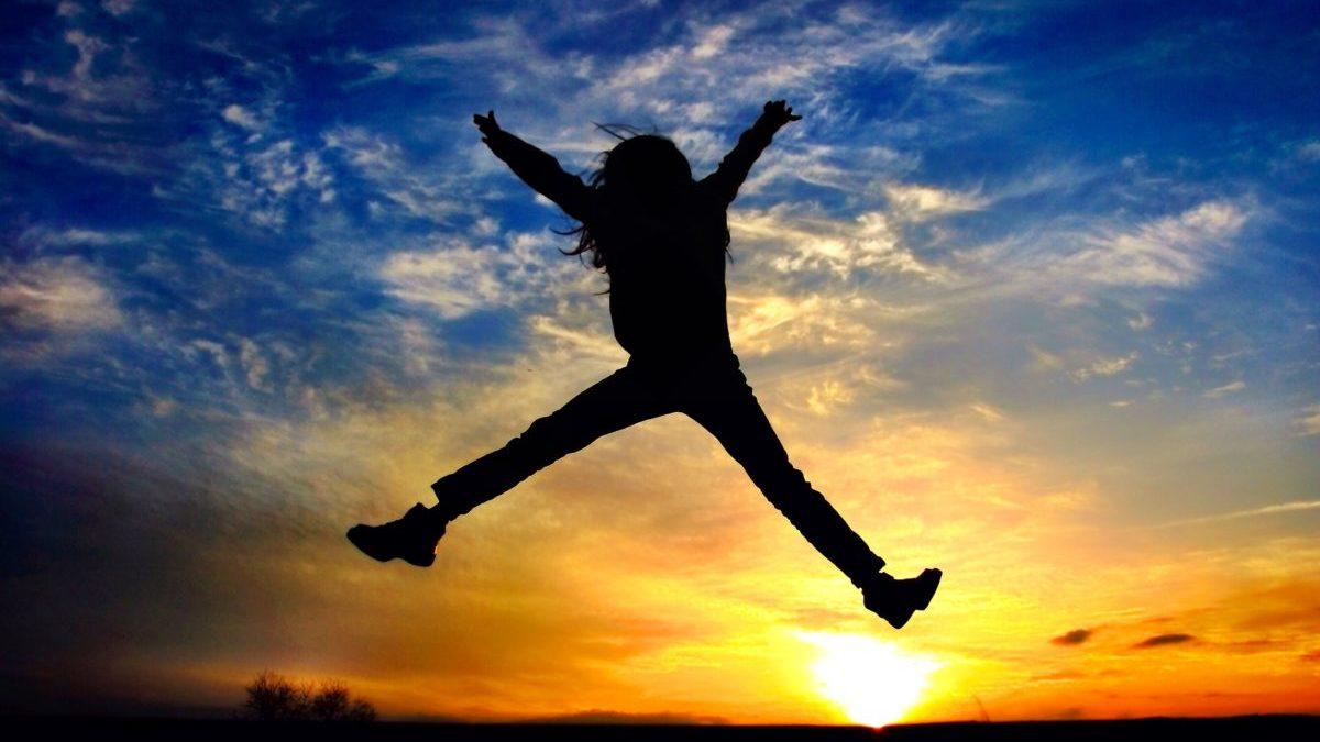 ジャンプ 女性 夕日