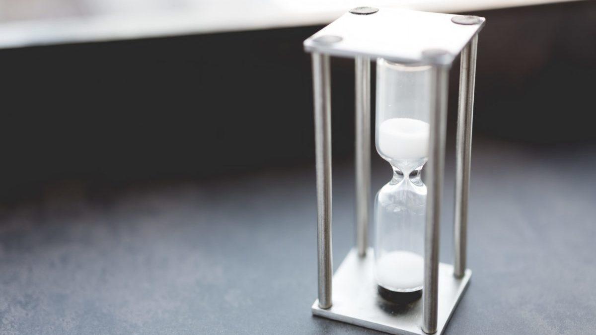 テーブルの上の砂時計