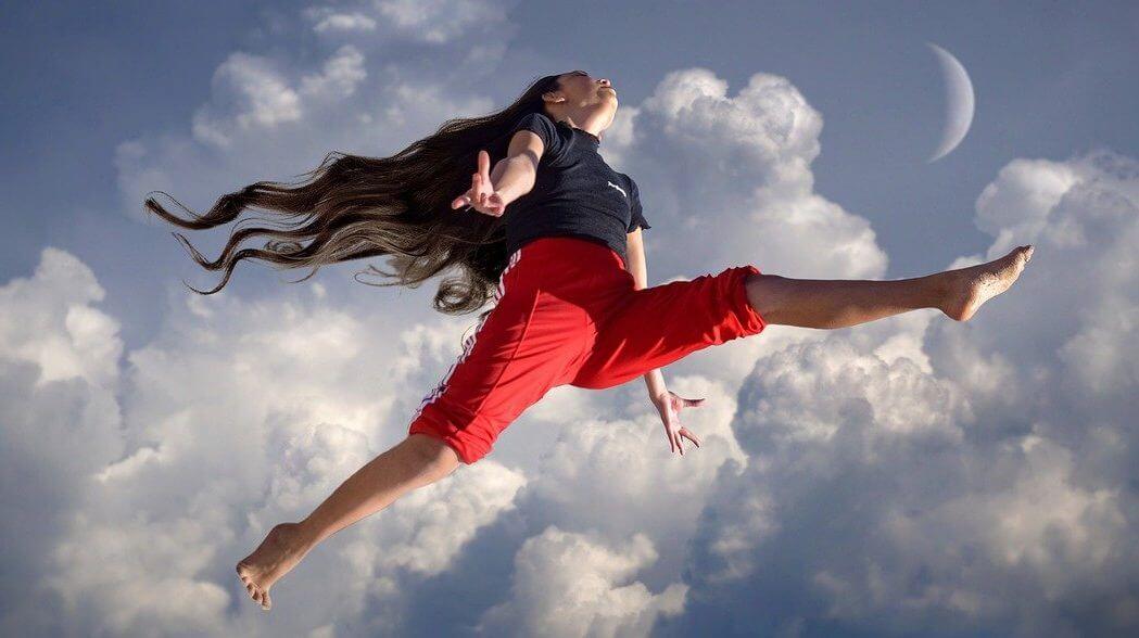 女性空でジャンプ