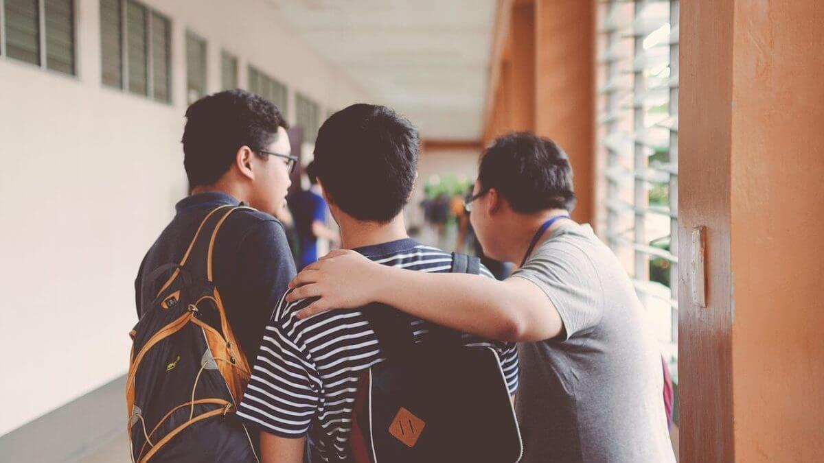 3人並ぶ男子学生