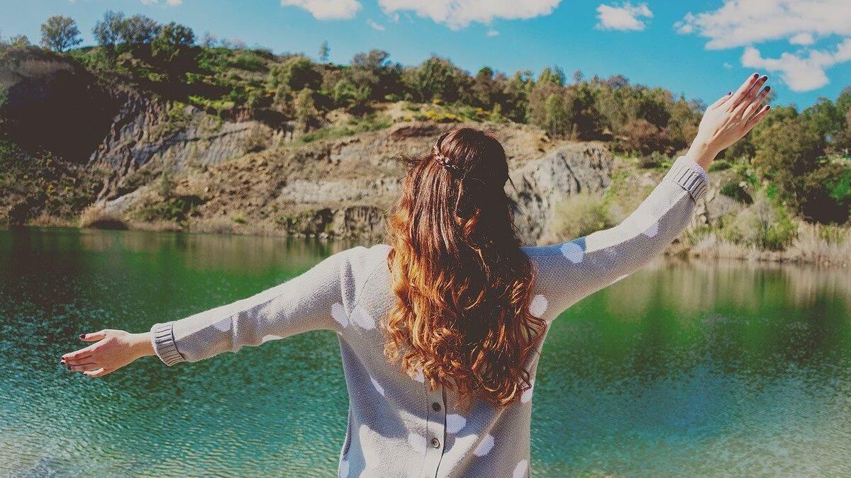 女性後ろ姿湖