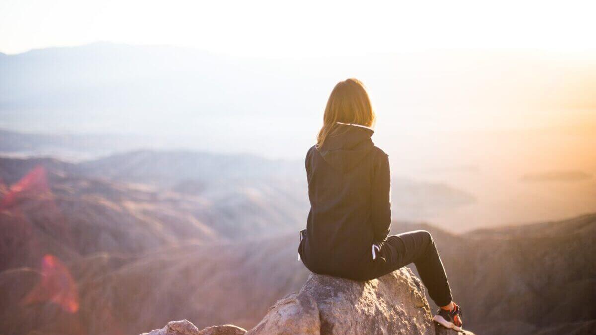 景色を見る女性