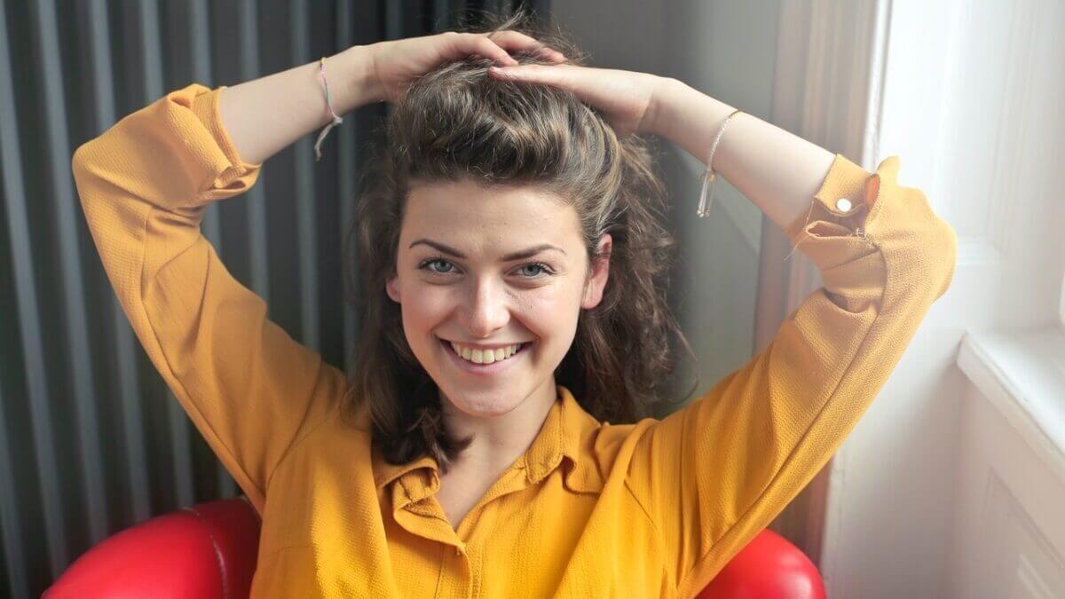 黄色いシャツ着た女性