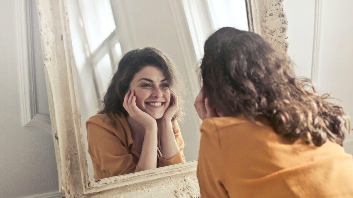 鏡の前で微笑む女性