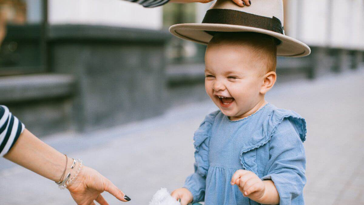 帽子を被され笑う子供