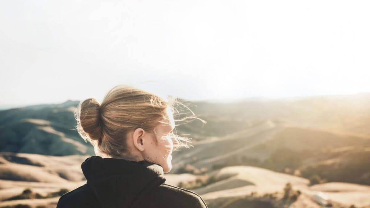 山の景色を見る女性