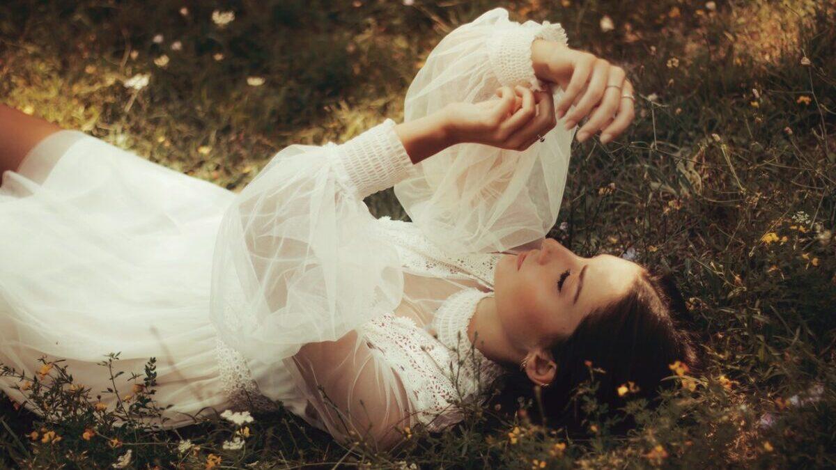 草原で休む女性
