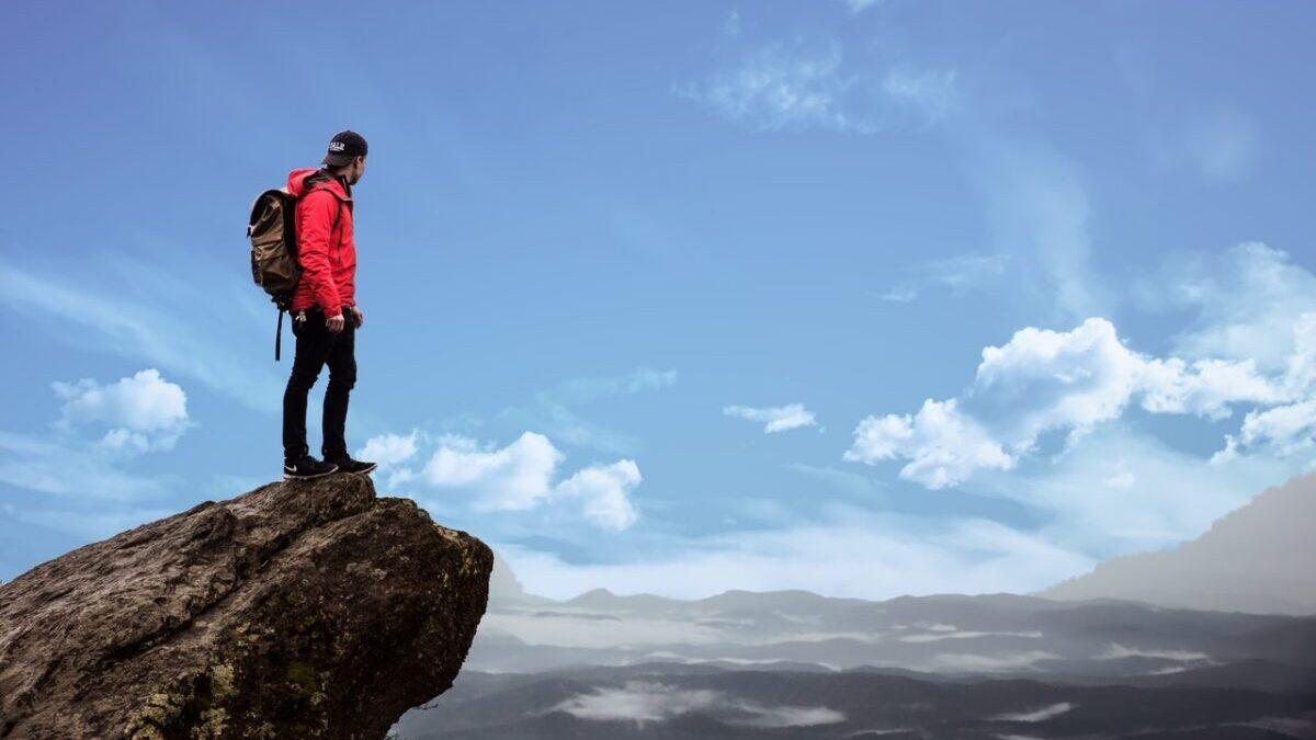 山頂に立つ男性