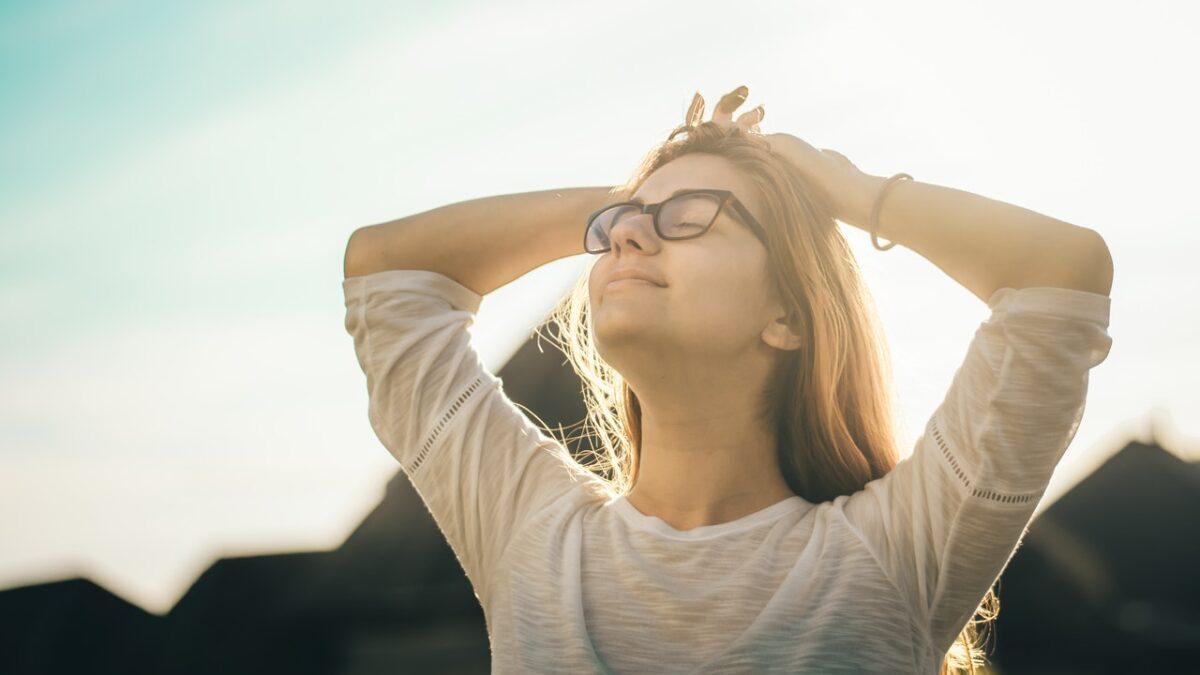日の光を浴びる女性