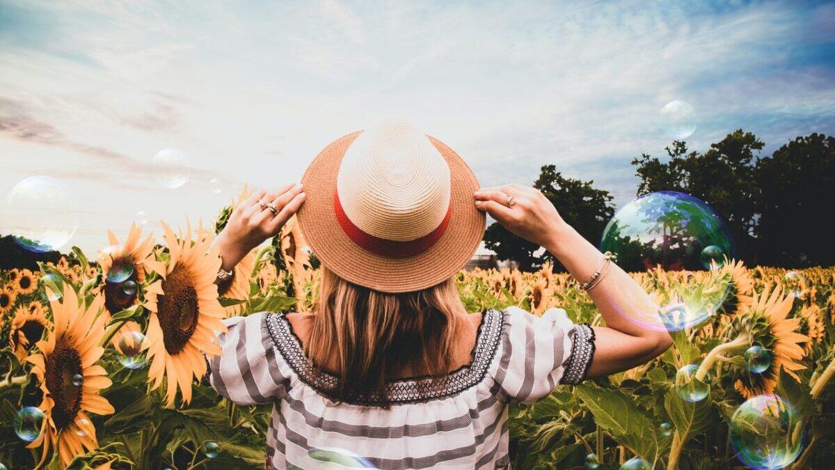 麦麦わら帽子の女性とひまわり