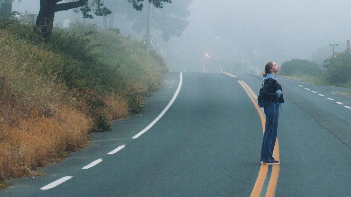 道路に立っている女性