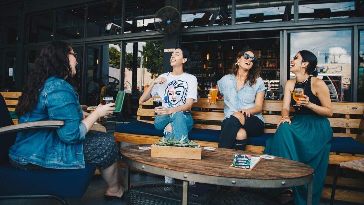 談笑する4人の女性
