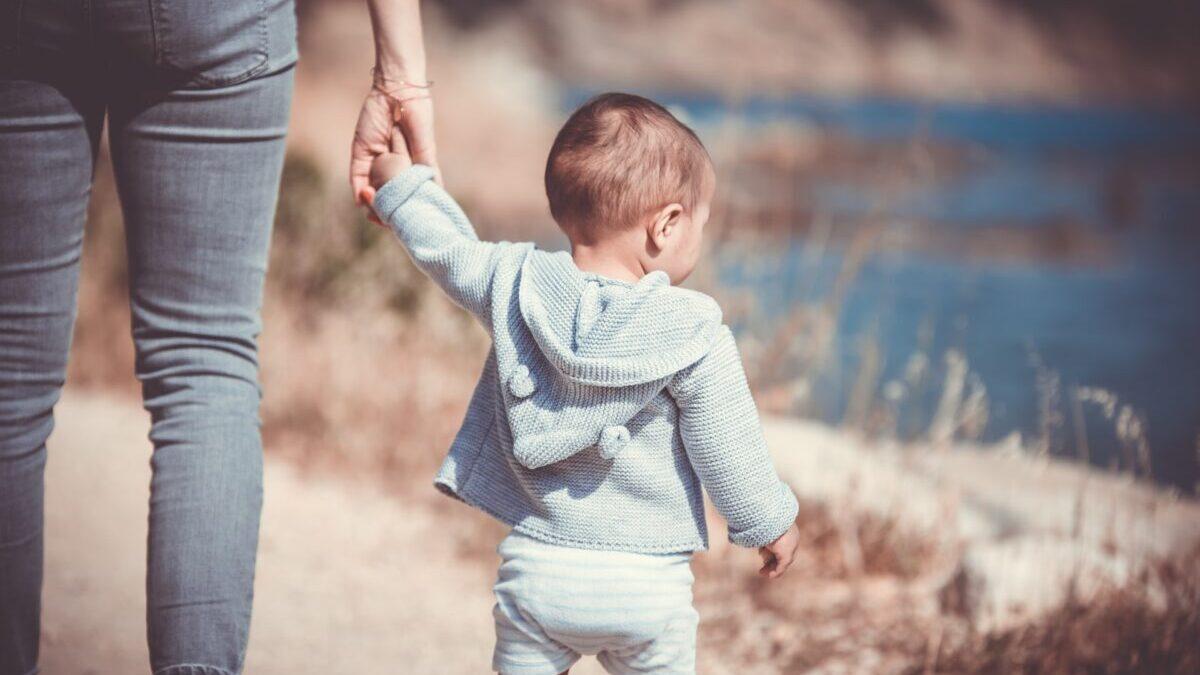 子供と手を繋ぐ