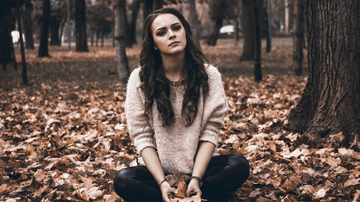 枯葉と女性