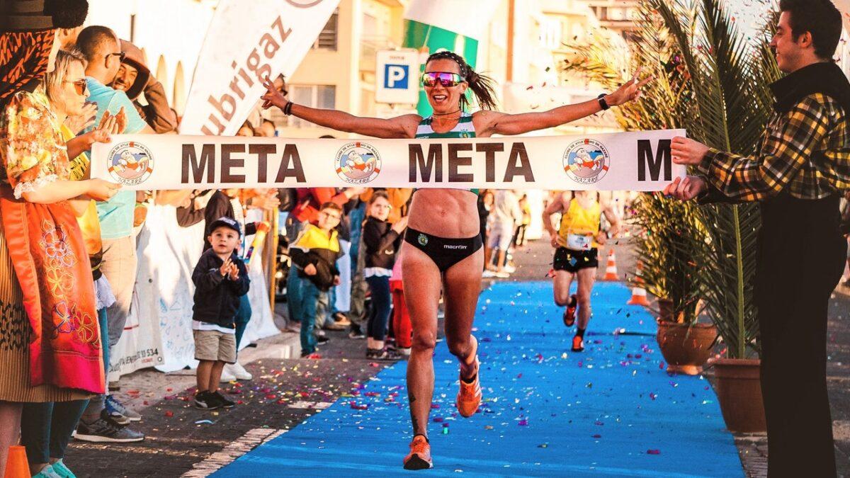 ゴールする女性ランナー